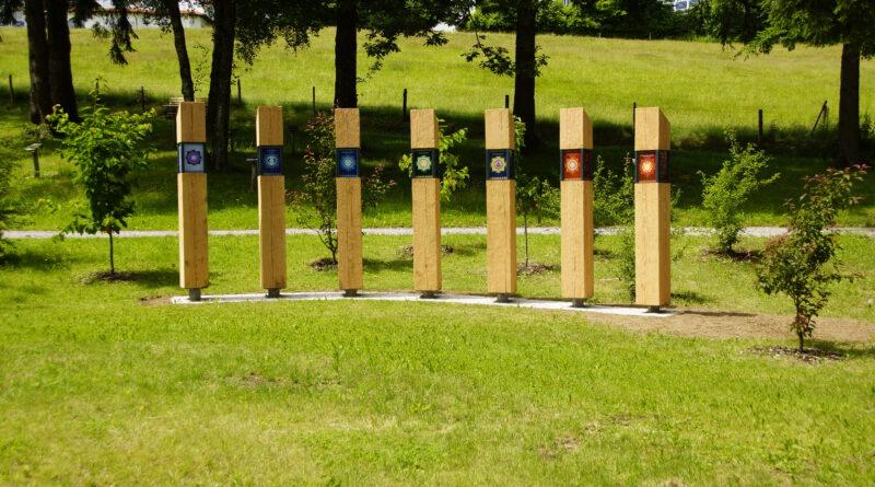 Holzsäulen auf einem Rasen mit den Lehren Kneipps