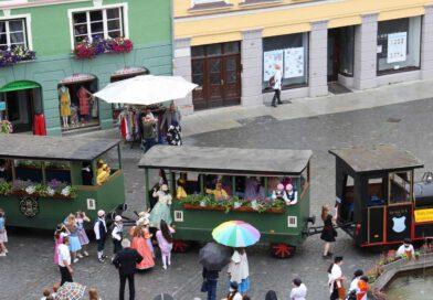 Blick auf den Marktplatz auf den Kinderfestumzug